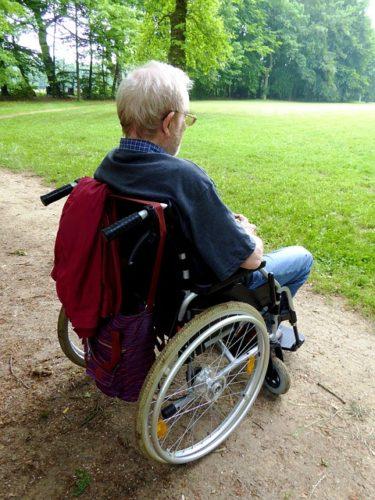 Ein Rollstuhl bedeutet für viele Senioren eine größere Bewegungsfreiheit, Erhalt der Selbständigkeit und ein Zugewinn an Lebensqualität.