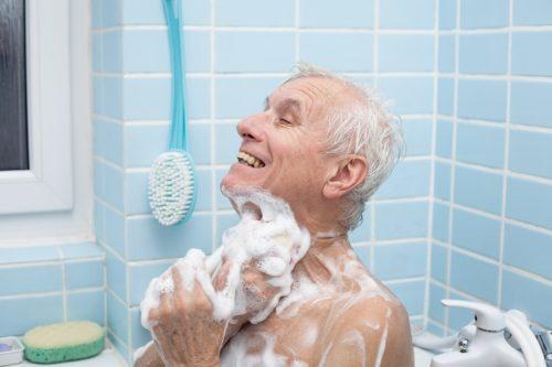 Endlich wieder sicher in der Badewanne mit Badewannensitz für Senioren