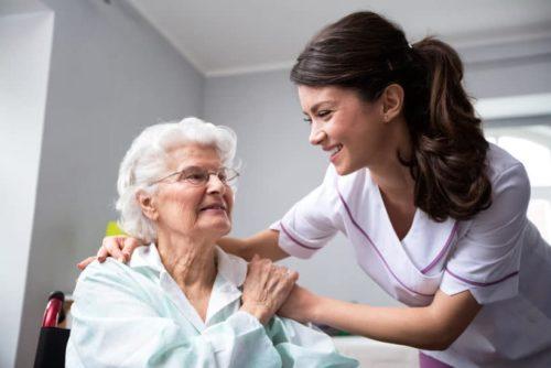 Perfekte Pflege mit einem Pflegerollstuhl