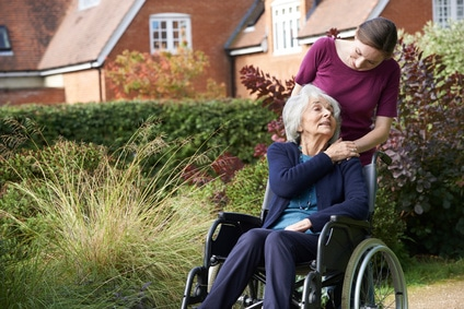 Rollstuhl für Senioren mit Begleitperson