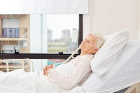 Krankenbetten für die Pflege von Senioren zu Hause