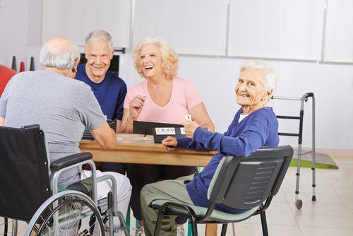 Senioren spielen Gesellschaftsspiele